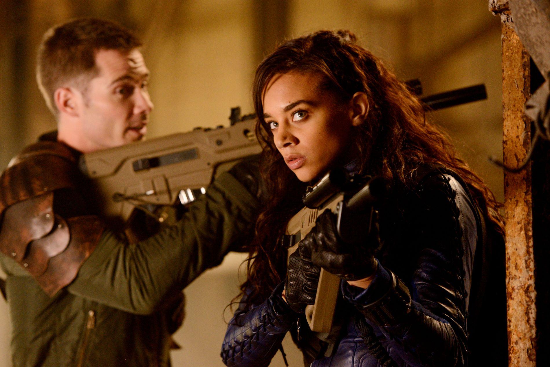 JAKT: Luke Macfarlane som D'Avin og Hannah John-Kamen som Dutch i «Killjoys».