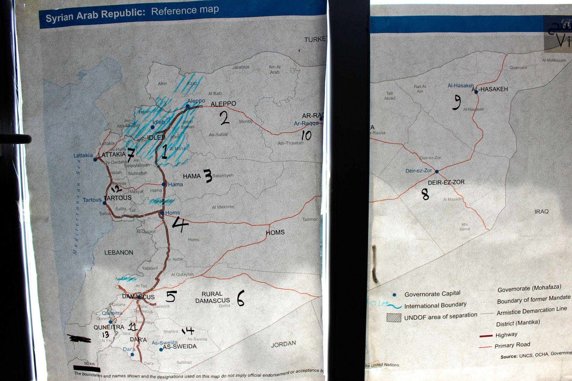 OPPRØRERNES PROVINS: Et kart over Syria, med Idlib-regionen markert med blå tusj, er hengt opp på vinduet hos en syrisk organisasjon i Hatay. Foto: NILAS JOHNSEN/VG