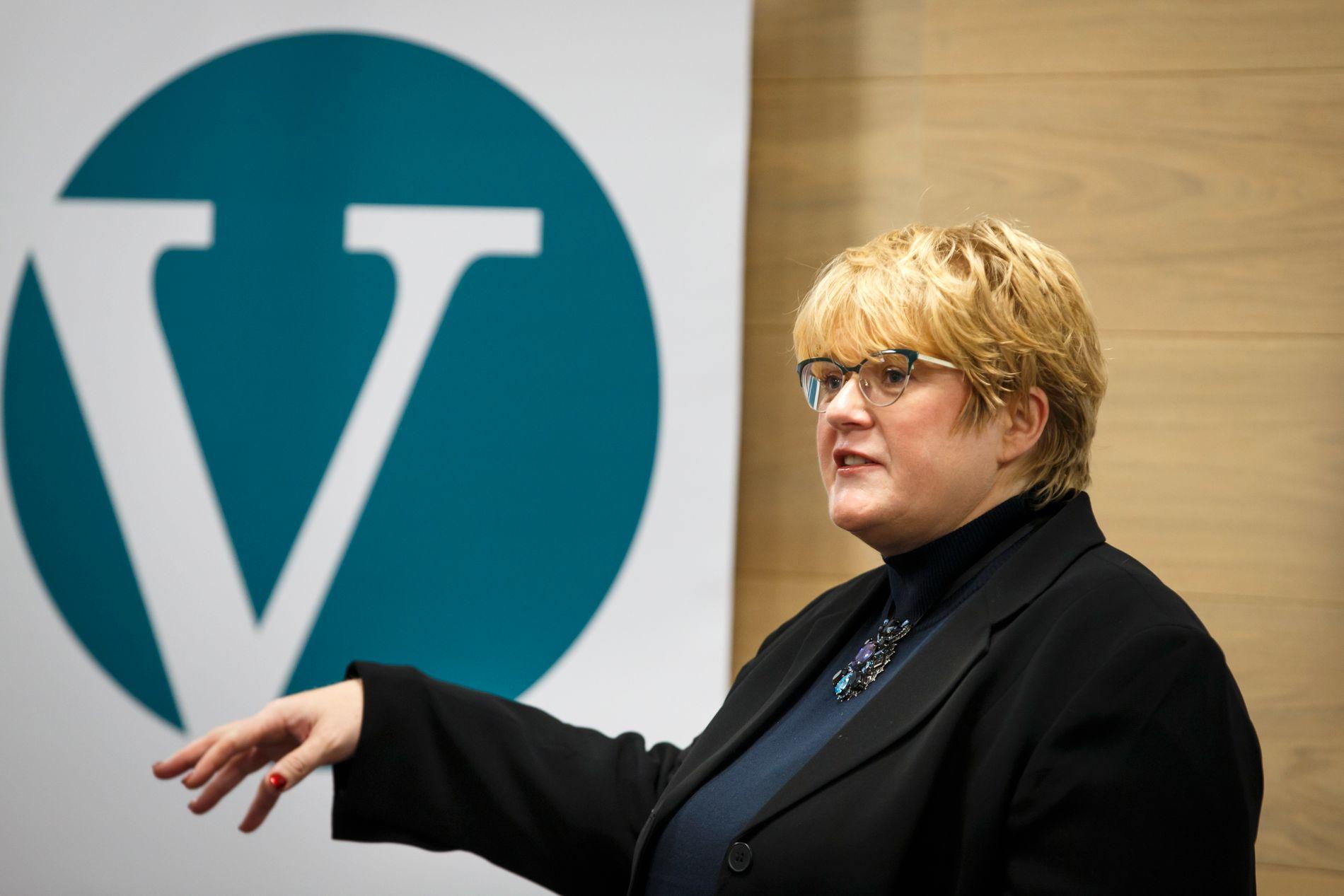 HELT GRØNT: Venstre-leder Trine Skei Grande under partiets pressekonferanse tirsdag ettermiddag.