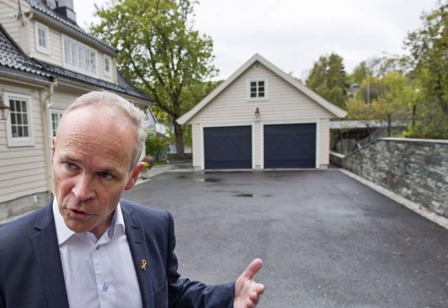 FOR HØY: Regjeringens forslag til nye byggeregler setter maks-høyden til fire meter på en søknadsfri garasje. Denne garasjen, som Jan Tore Sanner Sanner viste fram i mai, er om lag fem meter høy – og fortsatt søknadspliktig.
