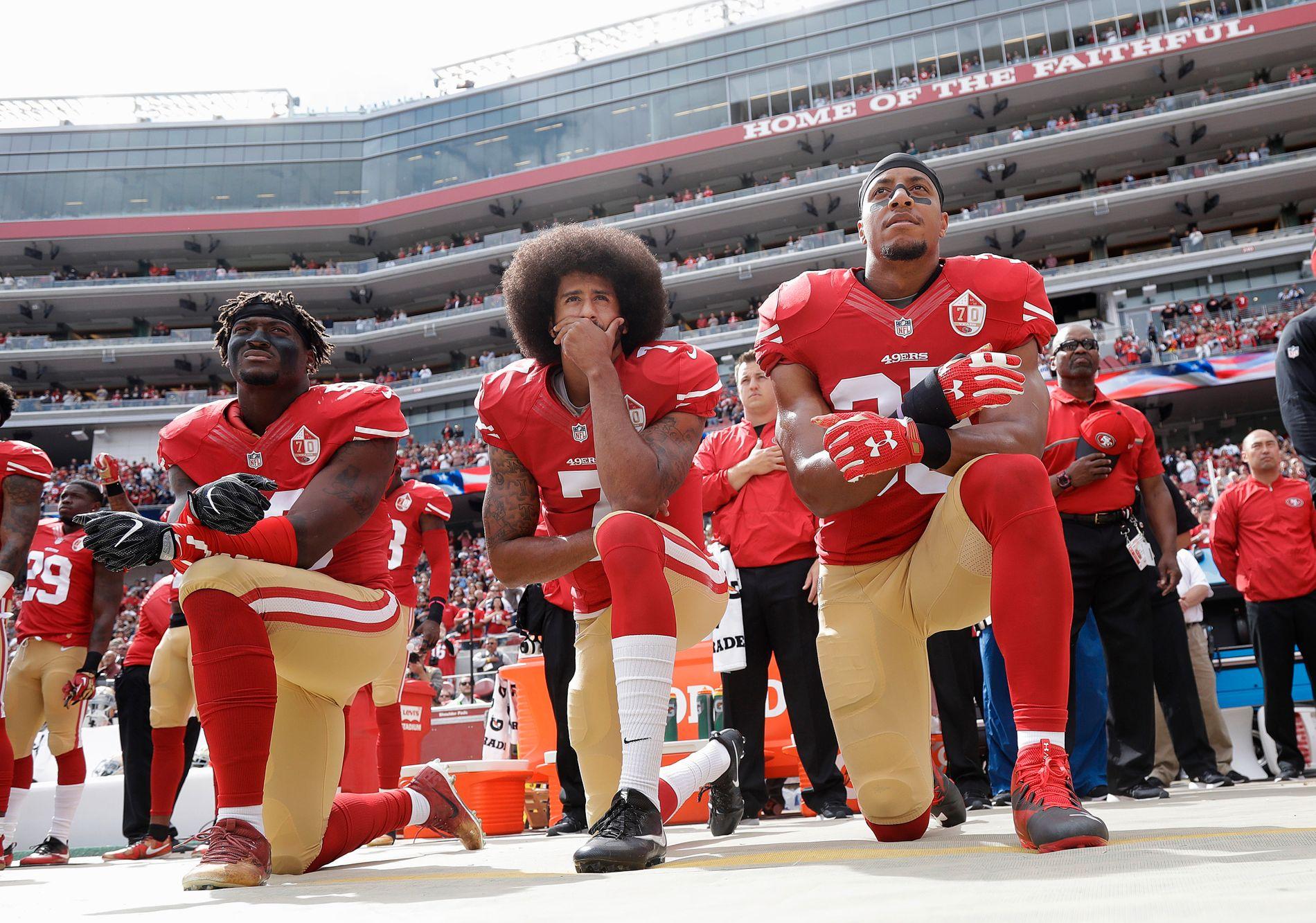 NEKTET Å STÅ: Da Colin Kaepernick og lagkameratene i San Fransciso 49ers knelte under nasjonalsangen startet de en protestbølge som fortsatt preger NFL.