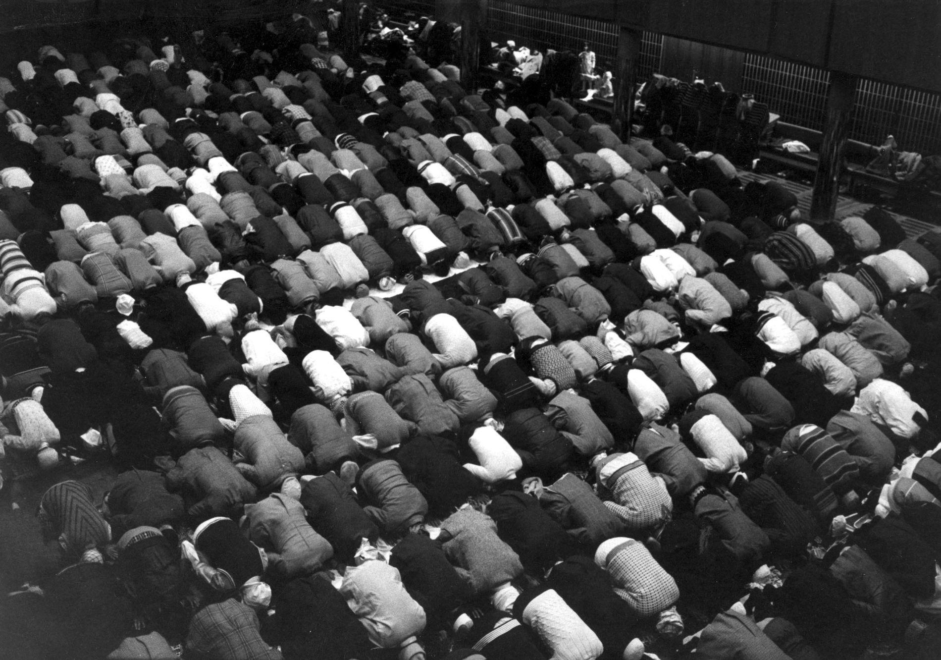 MOT MEKKA I OSLO: På 1970-tallet fikk Norge tusenvis av innvandrere fra muslimske land. Her feirer noen av dem Eid i Oslo i 1979.