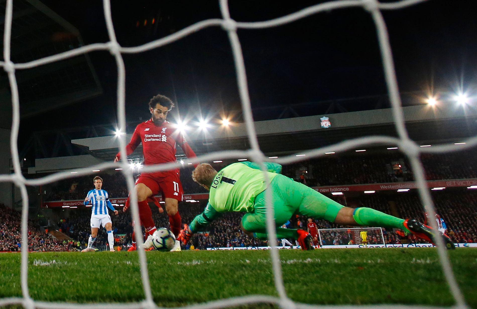 TRAFF: Mohamed Salah setter inn 5–0 for Liverpool, og lurer Huddersfields danske keeper Jonas Lössl.
