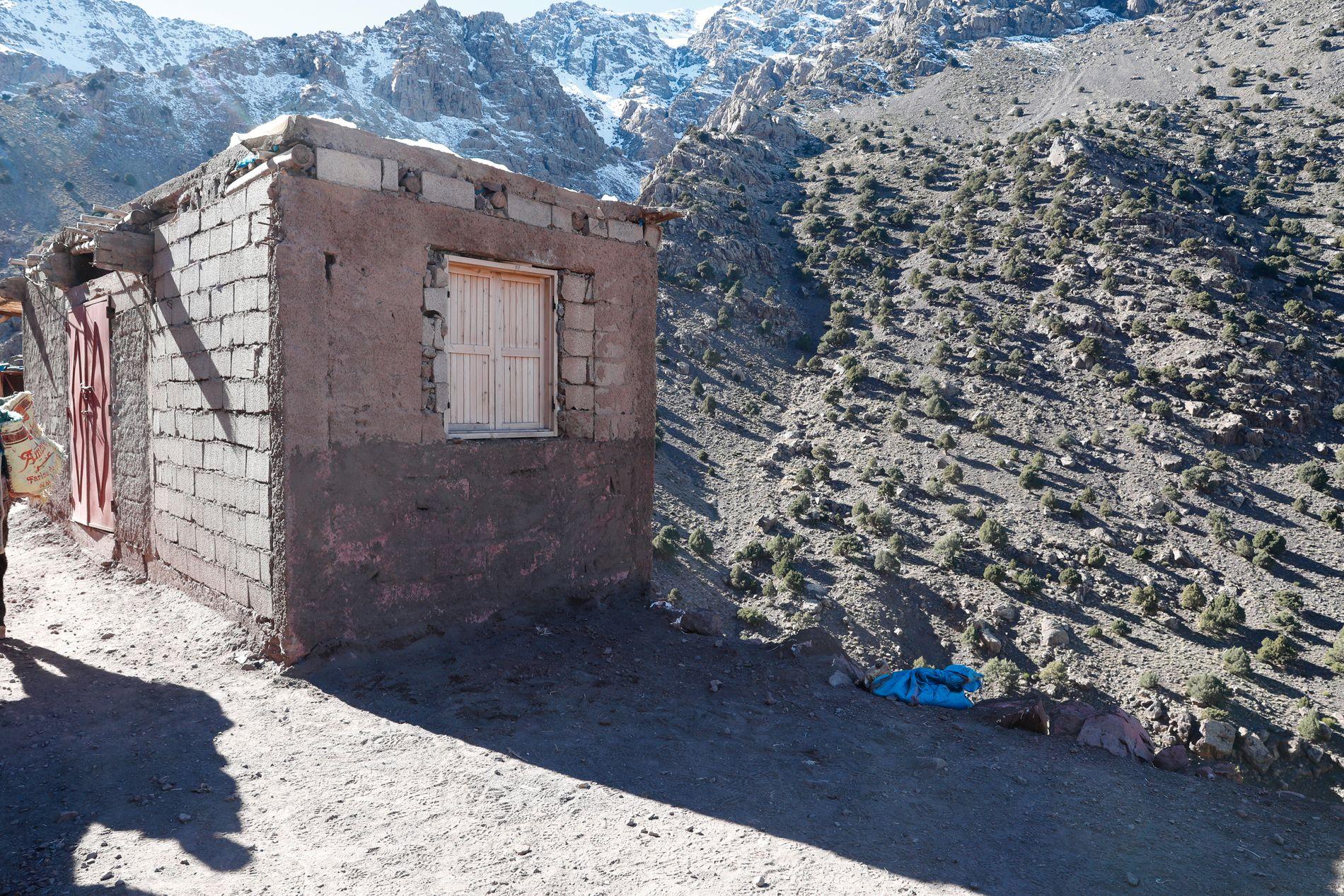 TELTPLASS: Ved veggen på denne steinbua i Imlil sto teltet der Maren Ueland og danske Louisa Vesterager Jespersen overnattet under fjellturen sin.
