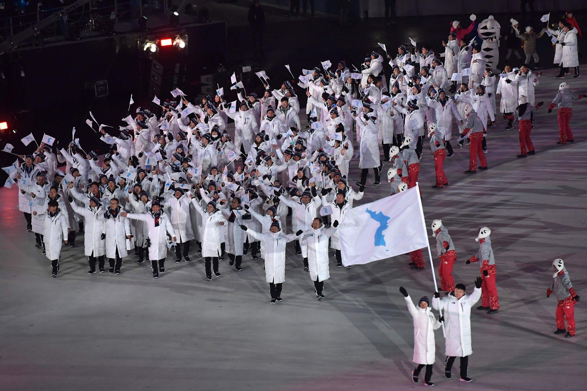 SAMMEN INN: Utøvere fra nord og sør marsjerte sammen inn – under felles flagg- under OLs åpningsseremoni.