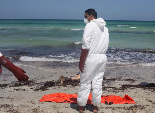 DØDEN PÅ STRANDEN: En ny kropp. En ny likpose. Frivillige fra Libyas Røde Halvmåne jobber med å fjerne lik som skyller i land på strendene på grensen mellom Libya og Tunisia. Dette er en av de over 2500 som har mistet livet i forsøket på å krysse Middelhavet på vei til Europa så langt i år.