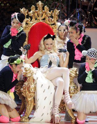 TRONEN: Gwen Stefani var ofte i sentrum av oppmerksomheten, mens Harajuku-jentene omringet henne.