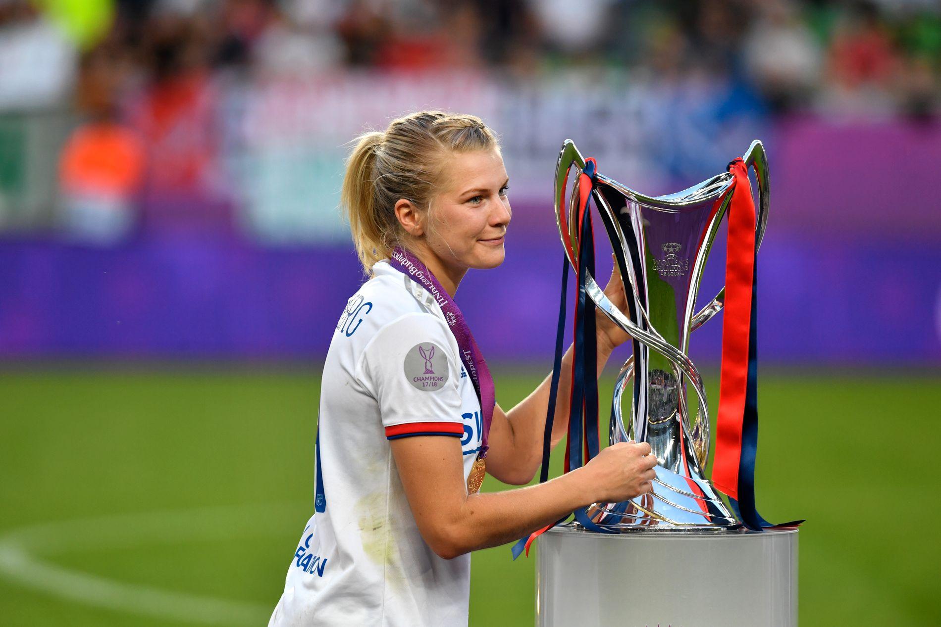MERITTERT: Ada Hegerberg løftet Champions League-troféet for Lyon for fjerde år på rad i mai 2019. Nå kan hun også bli mestscorende spiller i turneringen noensinne.