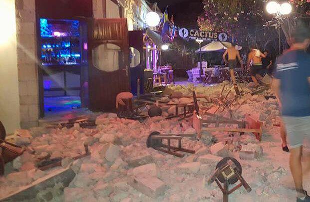 KNUST:Utenfor West Bar på Kos ligger murstein og barstoler om hverandre etter jordskjelvene som rammet Tyrkia og Hellas natt til fredag.