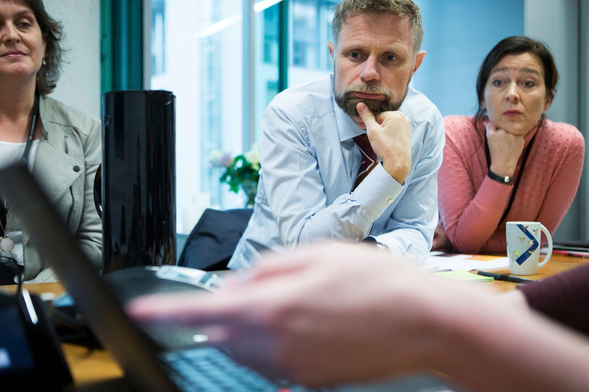 STATSRÅD: Helseminister Bent Høie (H) får presentert VGs avsløring. Til venstre sitter Marianne Sælen, seniorrådgiver i helserettsavdelingen. Til høyre er Jorunn Litland, seniorrådgiver i kommunikasjonsavdelingen ved Helse- og omsorgsdepartementet.