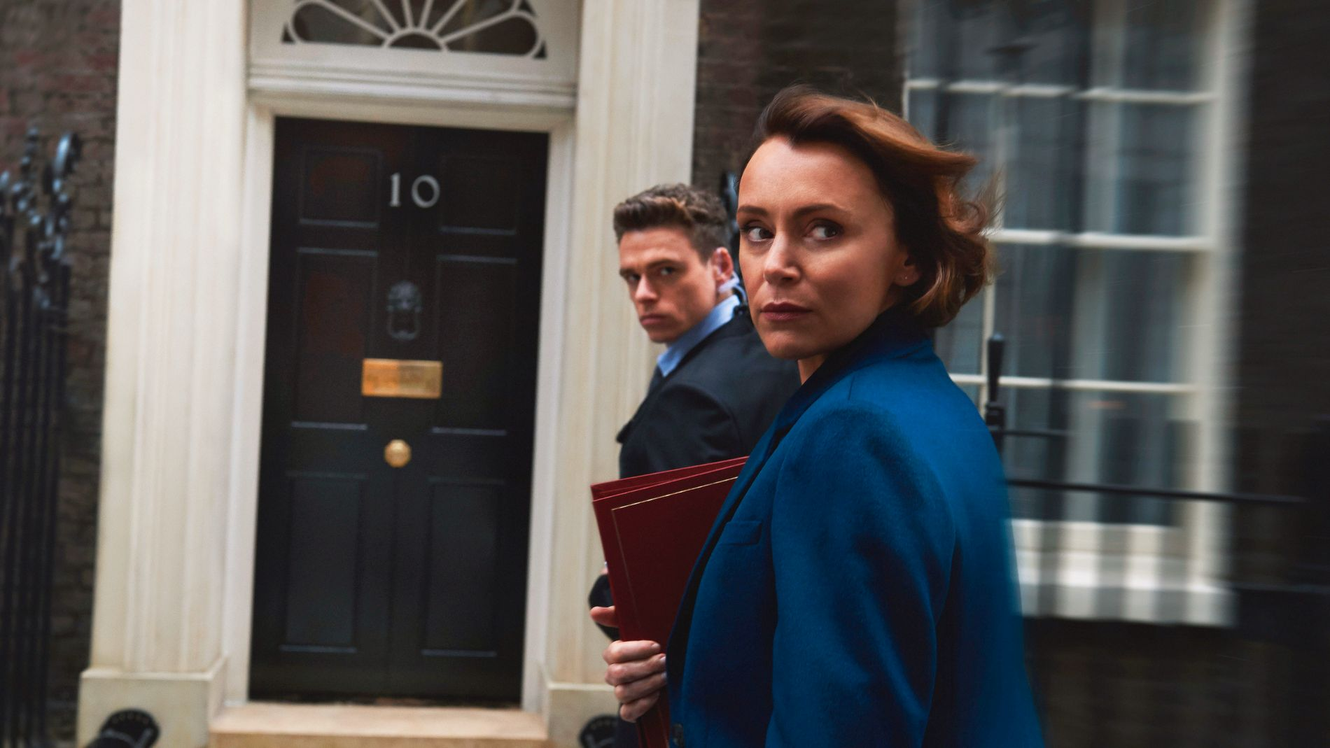 PASSER PÅ: Richard Madden som David Budd og Keeley Hawes som Julia Montague i «Bodyguard».