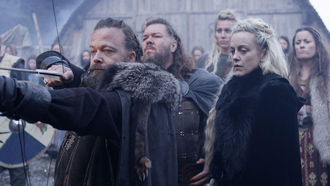 I AKSJON: Marian (t.h.) som Hildur, kona til høvdingen, og Kåre Conradi som høvdingens litt stakkarslige og slu bror Orm. Bak dem skimtes Nils Jørgen Kaalstad som landsbyens store kriger Arvid.