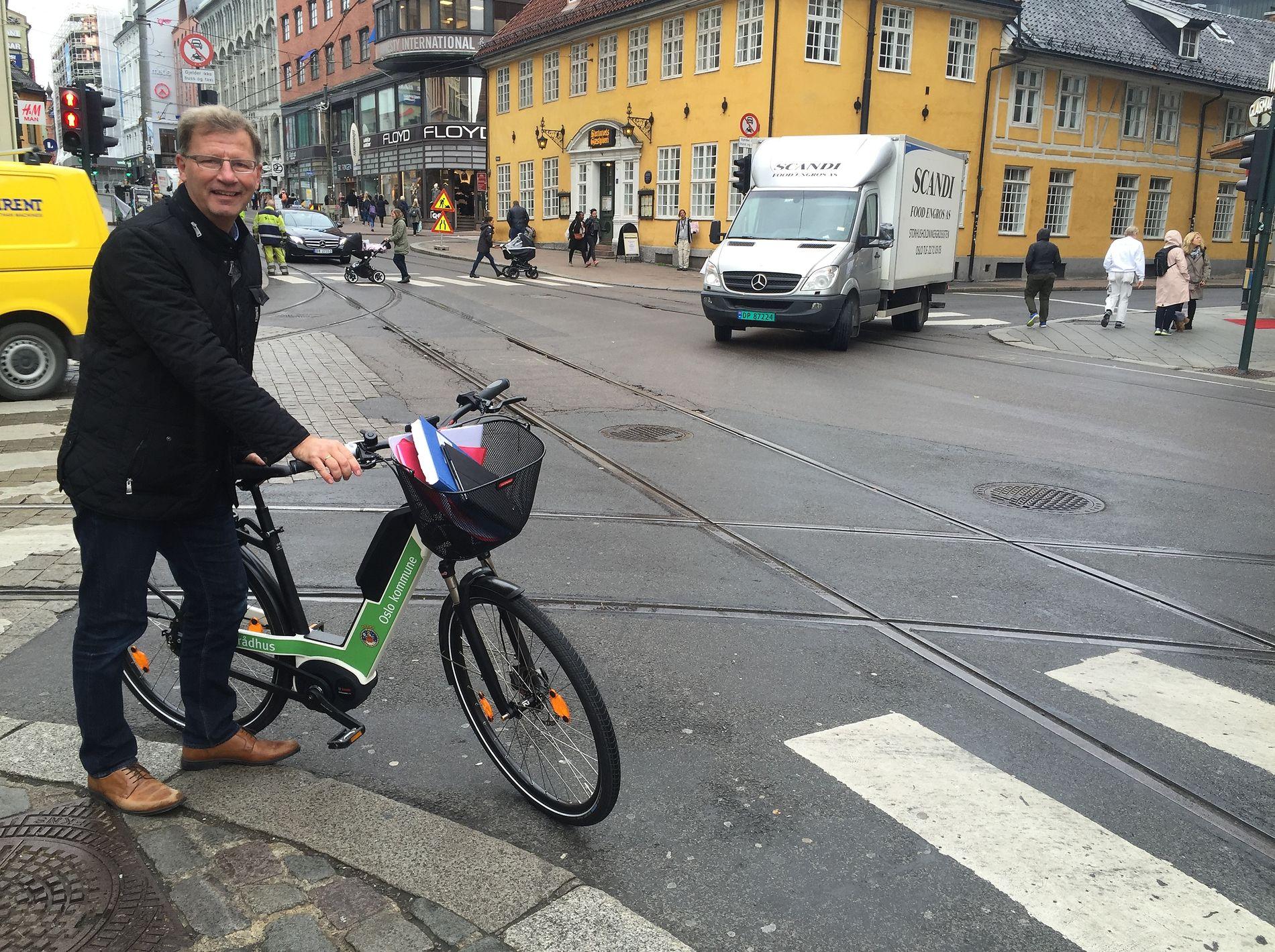 HELDIG, TROSS ALT: Det var tilnærmet bil- og trikkefritt i veikrysset i Grensen ved Stortorvets Gjæstgiveri da finansbyråd Robert Steen i Oslo veltet med elbysykkelen sin etter å ha satt hjulet fast i trikkeskinnene.