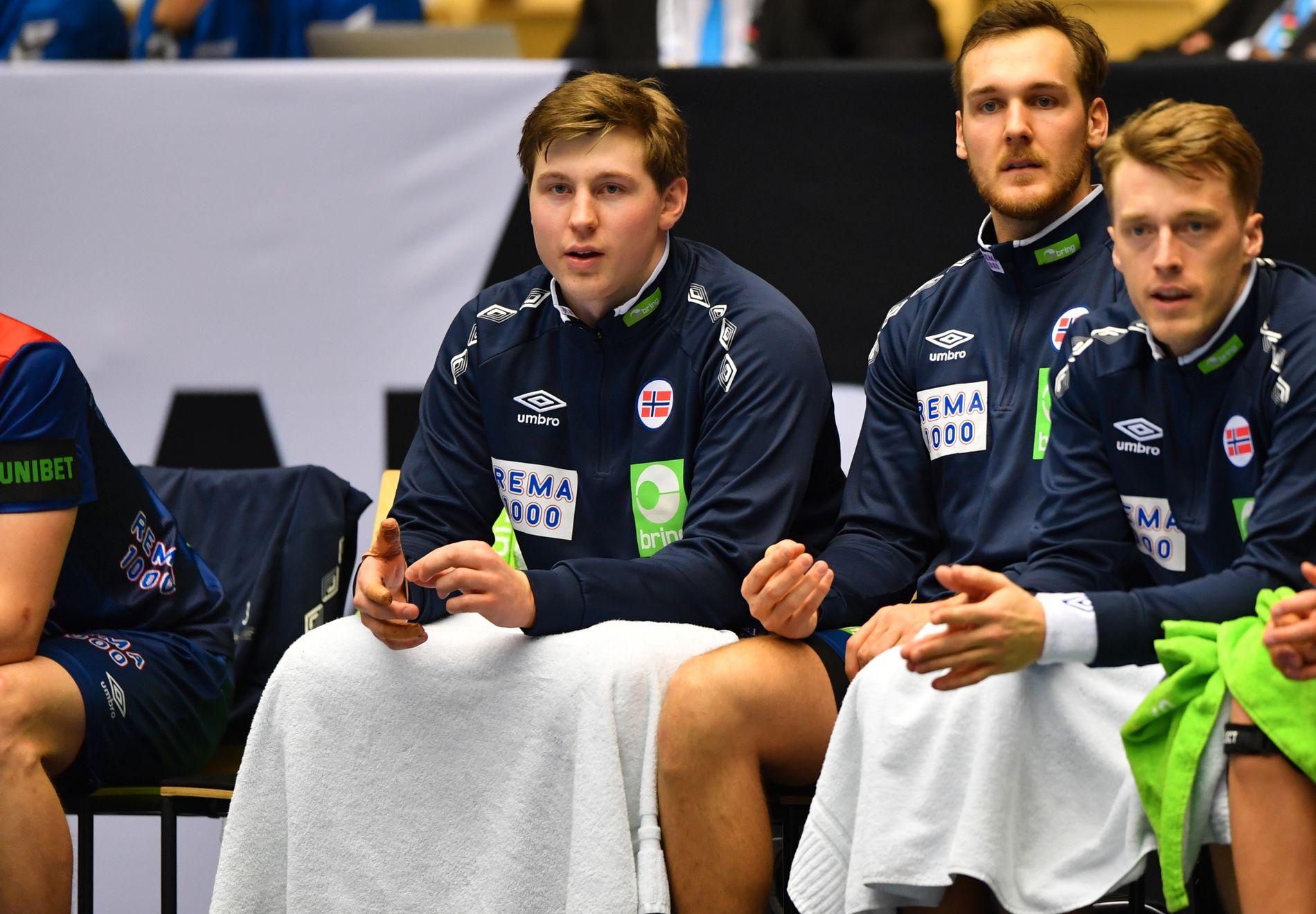 BARE BENKEN: Gøran Johannessen (t.v.) sitter her sammen med Christian O'Sullivan og Kristian Bjørnsen på den norske benken i kampen mot Saudi-Arabia.