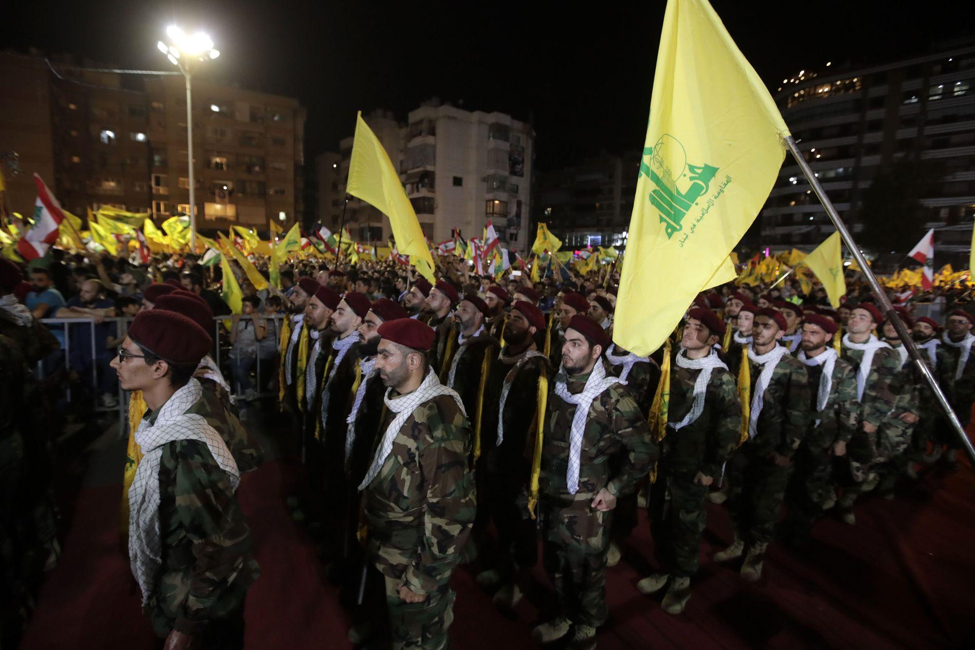 STERKE: Hizbollah-krigere deltok i en parade i Dahieh i slutten av mai. Gruppen har kommet styrket ut av samarbeidet med Bashar al-Assad i Syria-krigen.