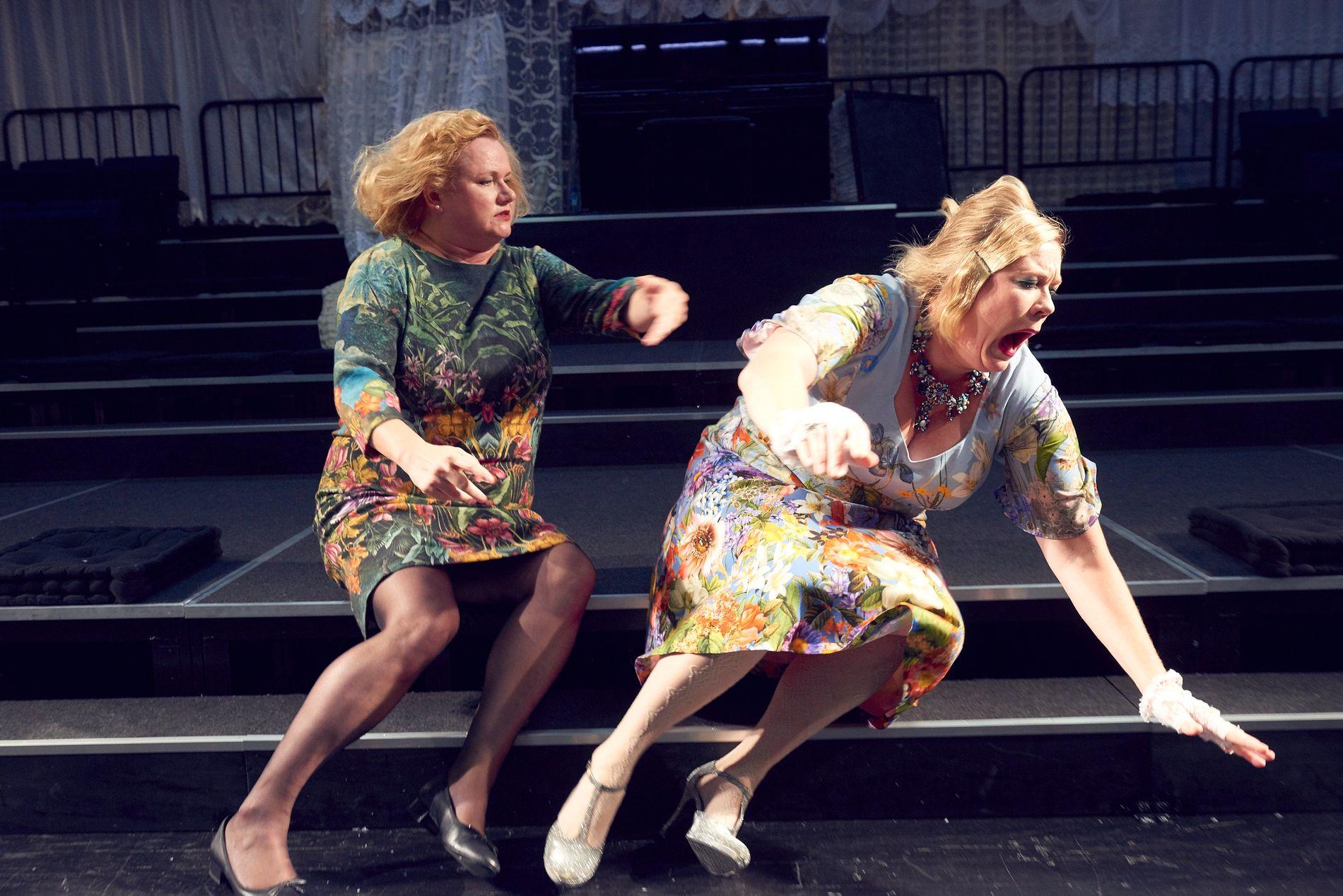 TEMPERAMENT: Laila Goody (t.v.) og Marika Enstad i forrykende uenighet i «Borkman». Foto: ØYVIND EIDE