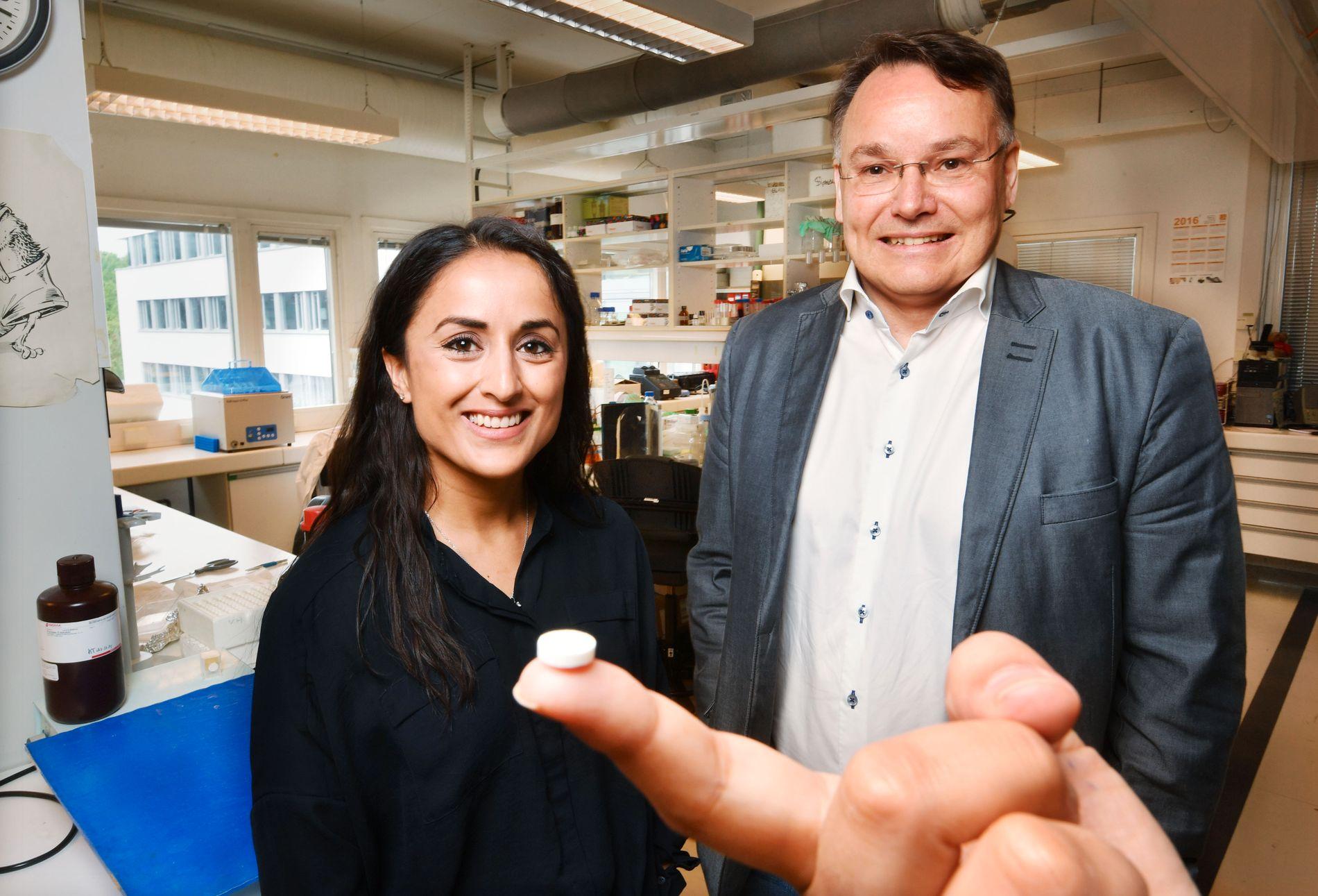 GAMMEL TRAVER: Simer J. Bains (30) og Kjetil Taskén (50) har gjennom norsk forskning vist at denne lille pillen til 80 øre pr. stk. kan hindre tilbakefall hos tarmkreftpasienter.