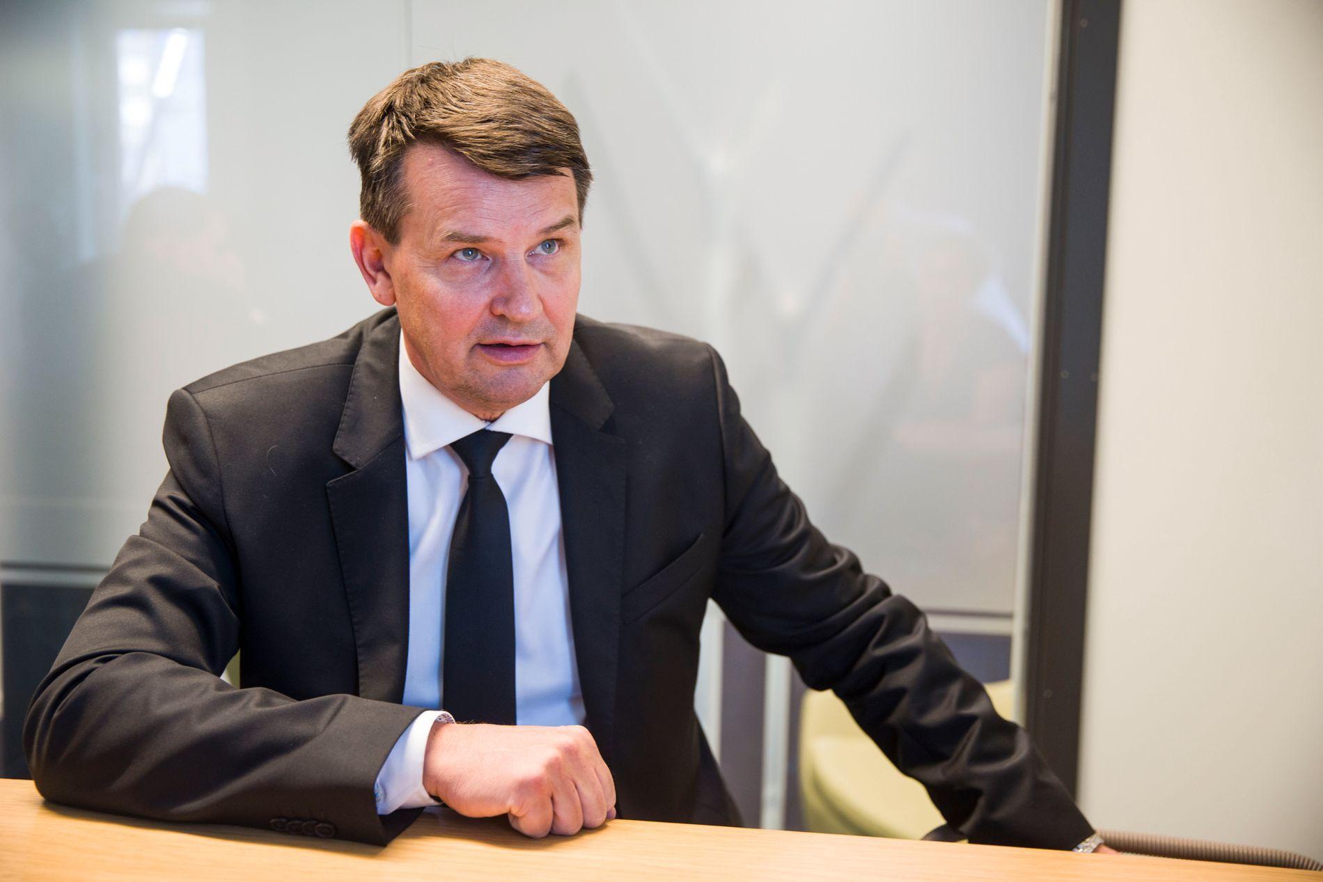 UAKSEPTABELT: Justisminister Tor Mikkel Wara (Frp) sier at politiet fortsatt har kontroll på Holmlia, men at situasjonen er uakseptabel og at gjengen må tas.