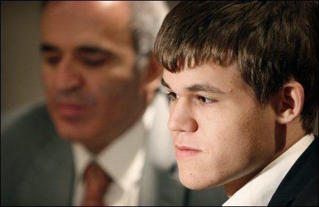 FORNØYD ATTENÅRING: Magnus Carlsen synes det skal bli godt å slappe av nå, etter to og en halv uke med intens konsentrasjon i Kina. Foto: NPSCT