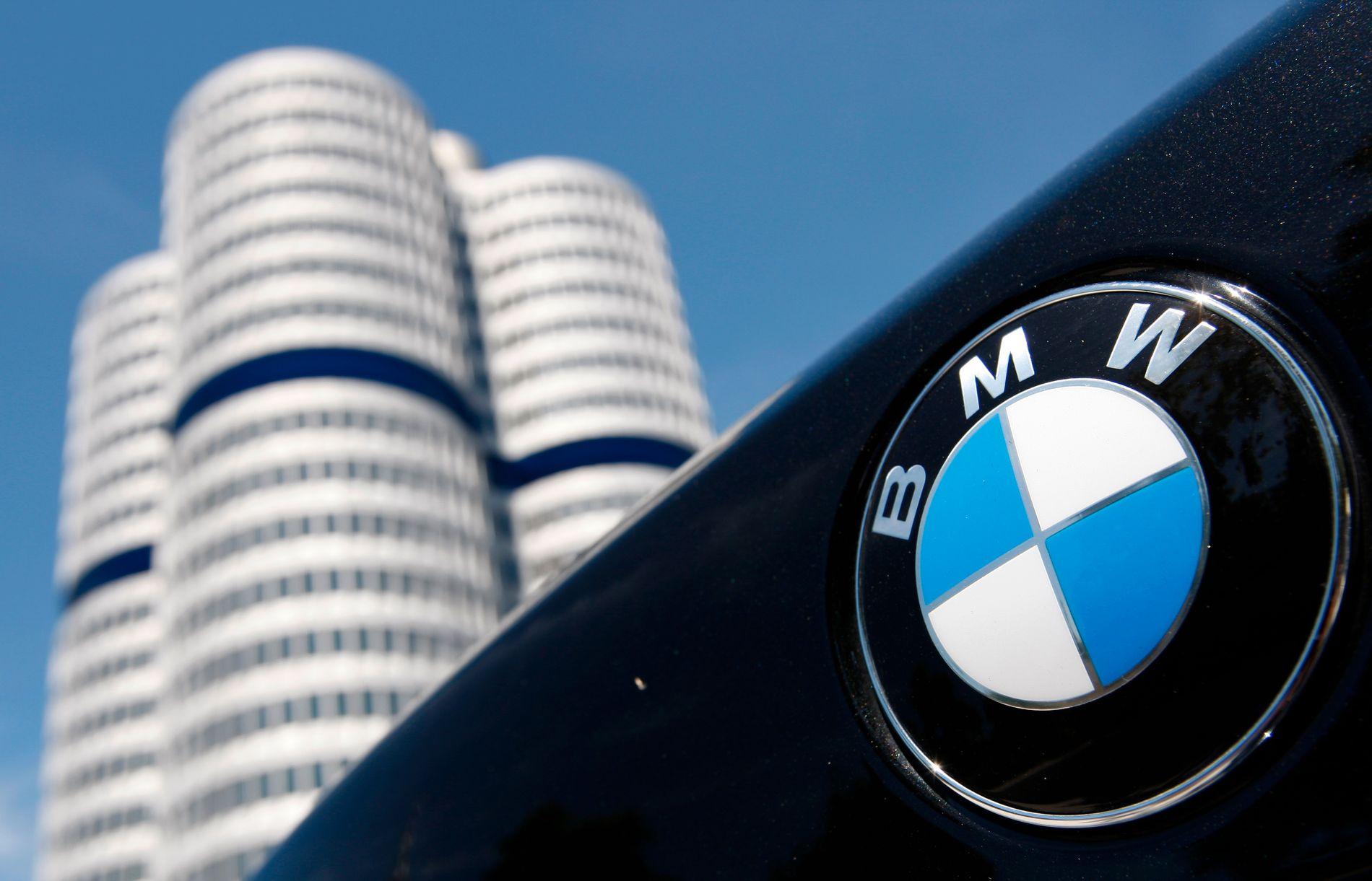 ARKIVBILDE: Logoen til BMW på en bil plassert foran hovedkvarteret til bilfabrikanten i tyske München.