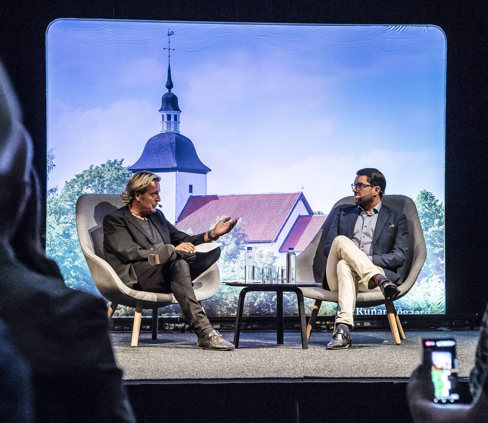 HER STARTET BRÅKET: Runar Søgaard (t.v.) intervjuer Jimmie Åkesson foran et stort publikum i slutten av august.