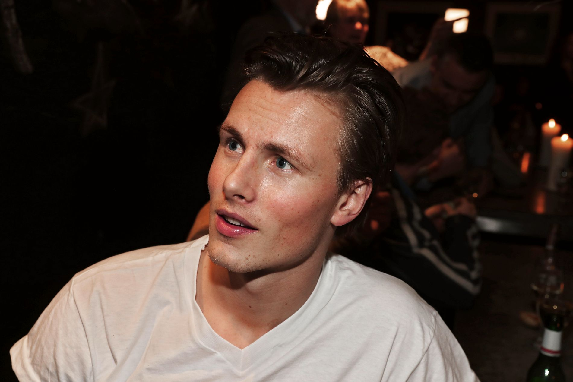 MED KOMPISER: Lavrans Solli kom uten forloveden Anja Johansen. Han hadde med seg en gjeng kompiser på finalefesten.