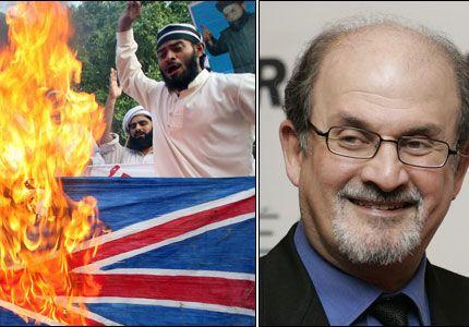 RASENDE: Rasende demonstranter satt fyr på det britiske flagget i den pakistanske byen Lahore, etter at Storbritannia slo forfatteren Salman Rushdie til ridder i helgen. Rushdie skrev på 1980-tallet de kontraoversielle bøkene «Sataniske vers». Foto: AFP