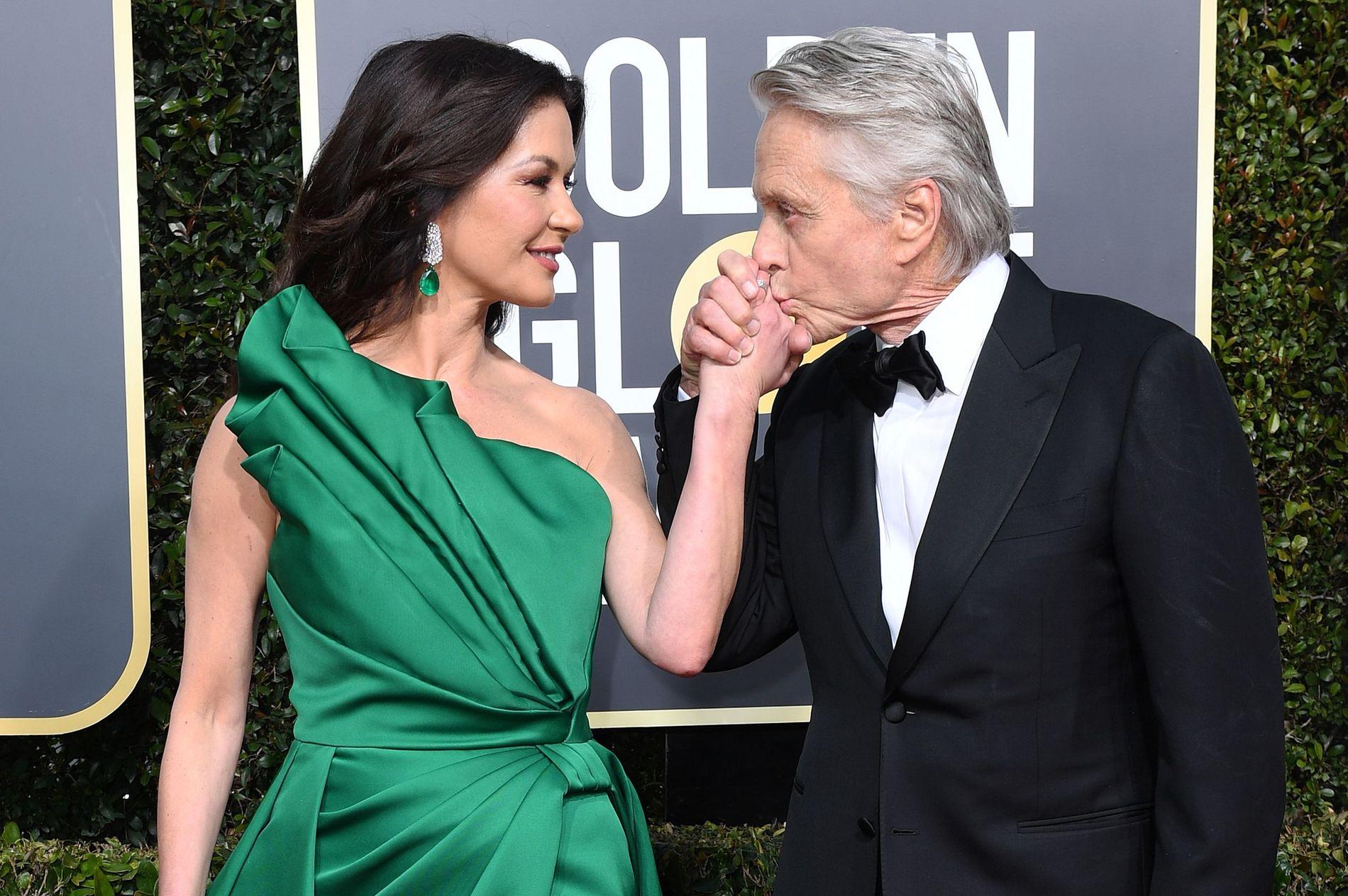 VANT: Michael Douglas vant kveldens første pris for «The Kominsky Method».  Her er han med kona Catherine Zeta Jones på den røde løperen.