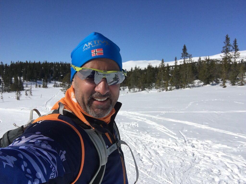 FJELLPÅSKE: Man skal i hvert fall ta tre selfies hver dag, mener Abid Raja og forteller at han har blitt brun på fjellet. Han reagerer på hundebæsj i skiløypene.