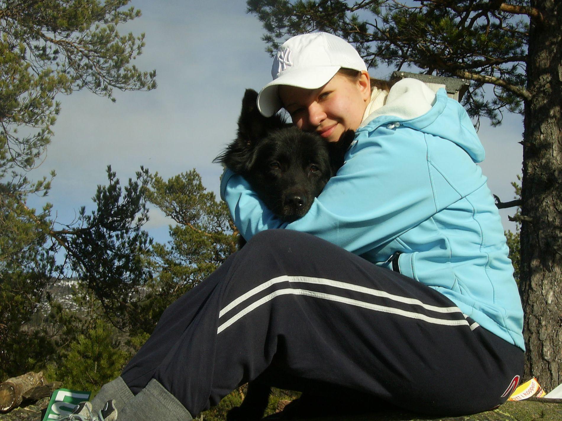 DØDE: Maren Friberg (24) var veldig glad i dyr og elsket naturen. Her er hun avbildet med familiehunden Cita våren 2008.