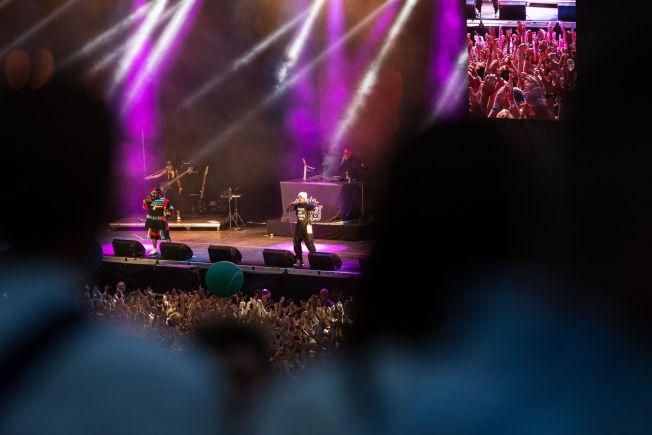 HANDS IN THE AIR: Outkast hadde ingen problemer med å få publikum med på rapkalas. Foto: NTB SCANPIX