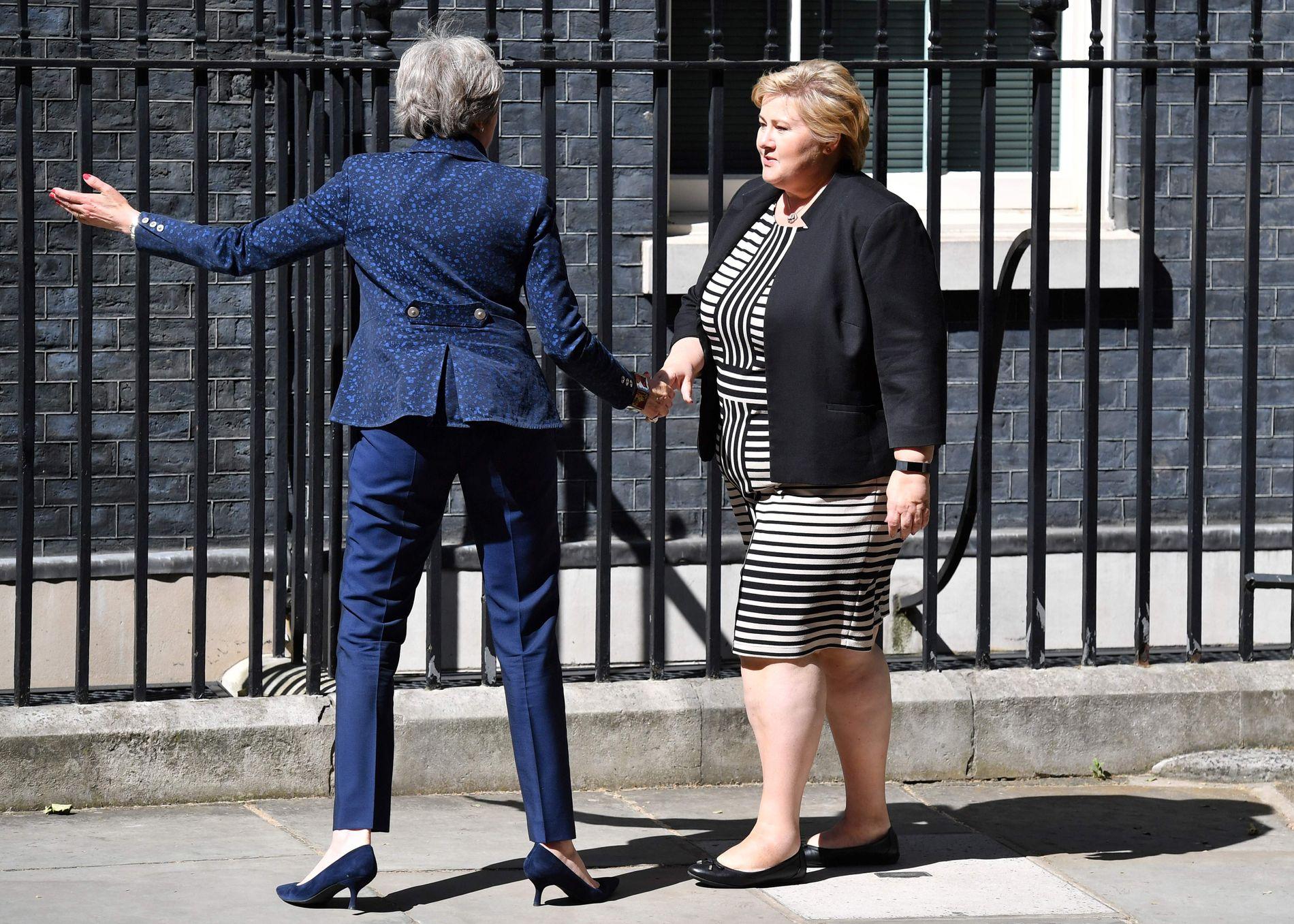 RETT FRA ENGLAND: Erna Solberg drar rett fra besøk hos Storbritannias statsminister Theresa May til Canada.