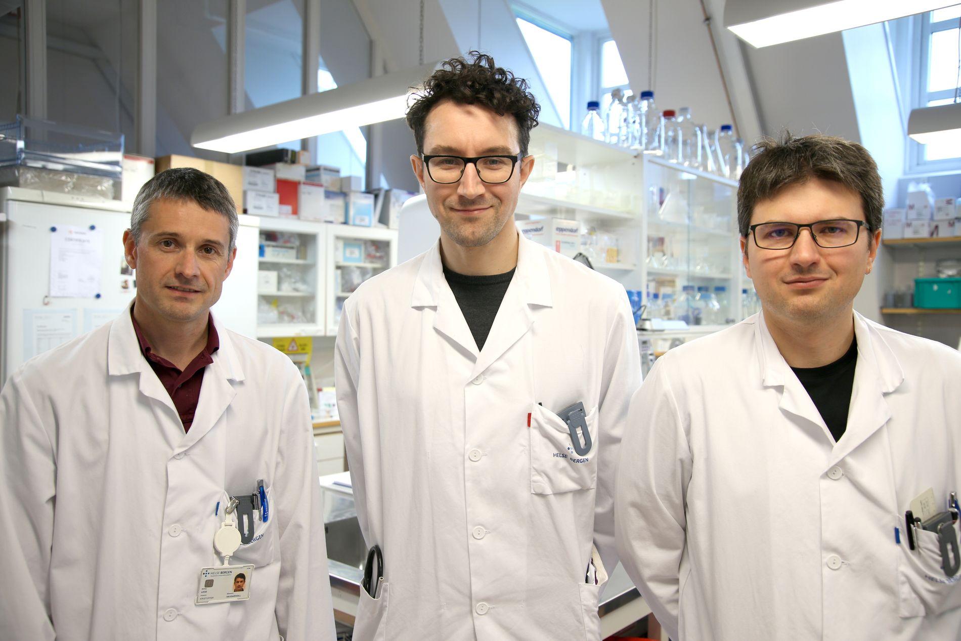 LETER ETTER SVAR: Forskerne ved Universitetet i Bergen har i en ny studie vist hvordan diabetesmedisiner med glitazoner kan redusere risikoen for å utvikle Parkinsons sykdom. Fra venstre overlege Kristoffer Haugarvoll, lege Brage Brakedal og overlege Charalampos Tzoulis, som står bak forskningen.