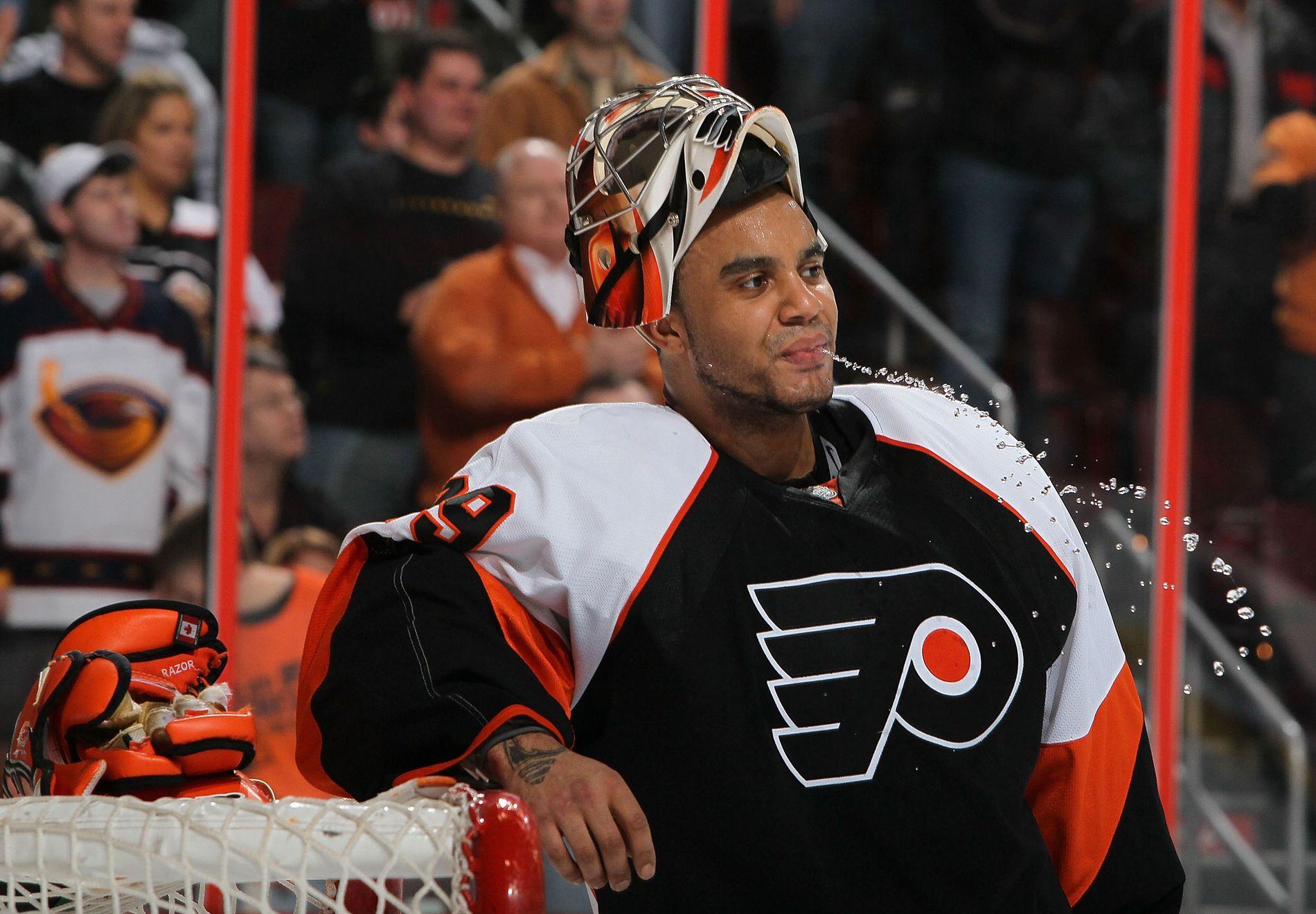 Ray Emery tar en drikkepause under en kamp for Philadelphia Flyers i 2010.