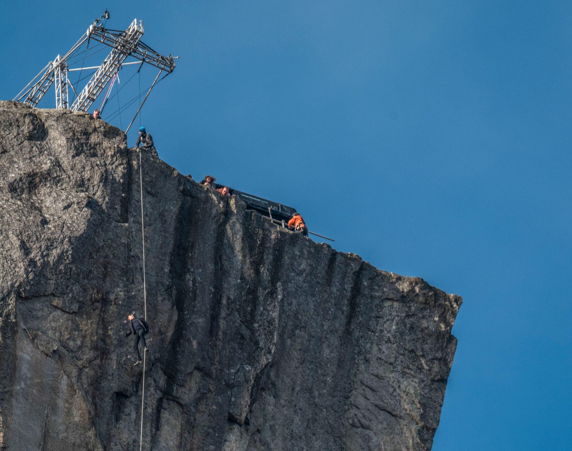 HØYT HENGER HAN: Her henger Tom Cruise utenfor Preikestolen. Bildet er tatt fra Lysefjorden, 604 meter under selve platået på Preikestolen.