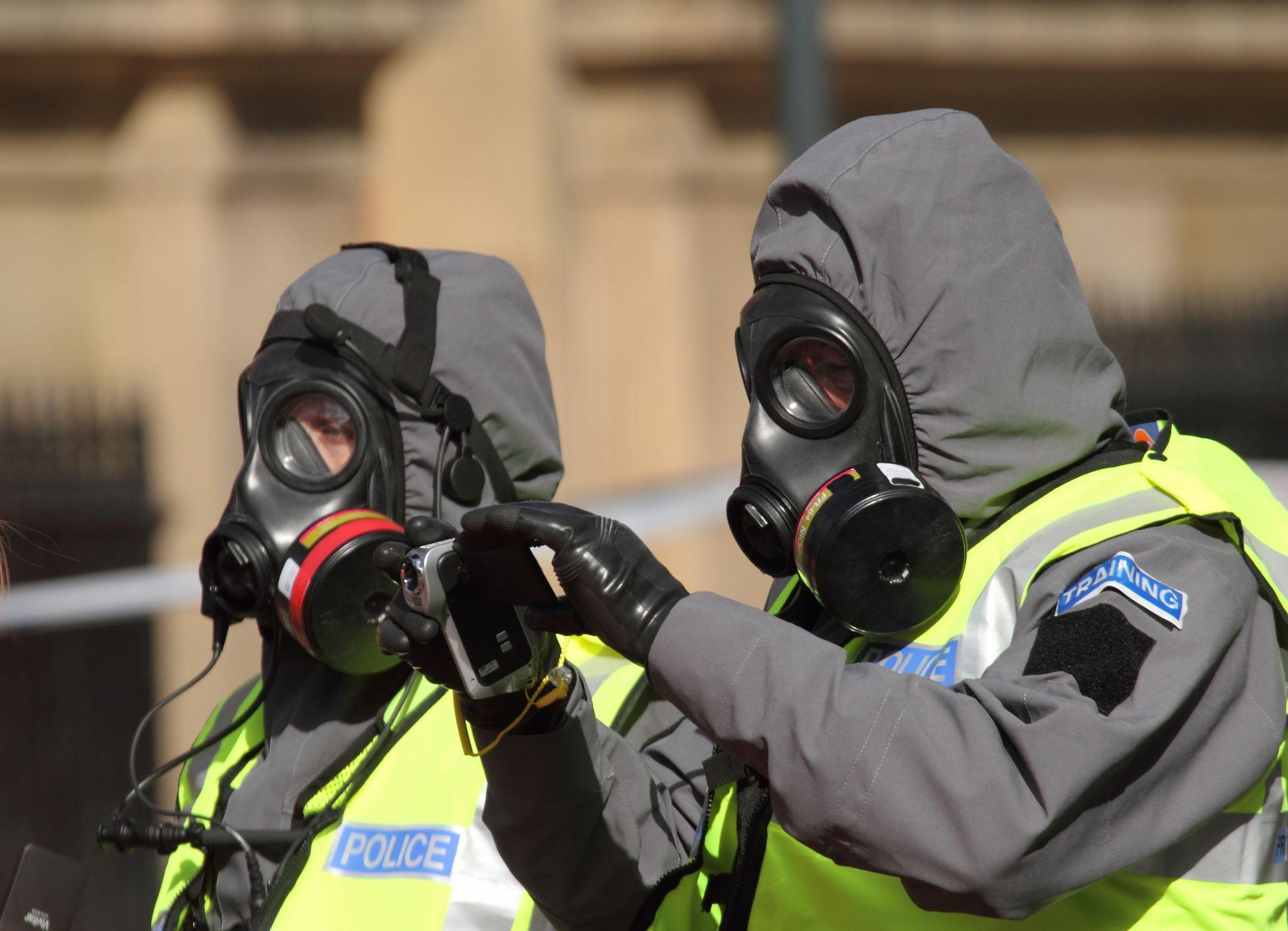 Militære og politi i beskyttelsesdrakter ville blitt et vanlig syn ved et utbrudd. Bilde: Shutterstock