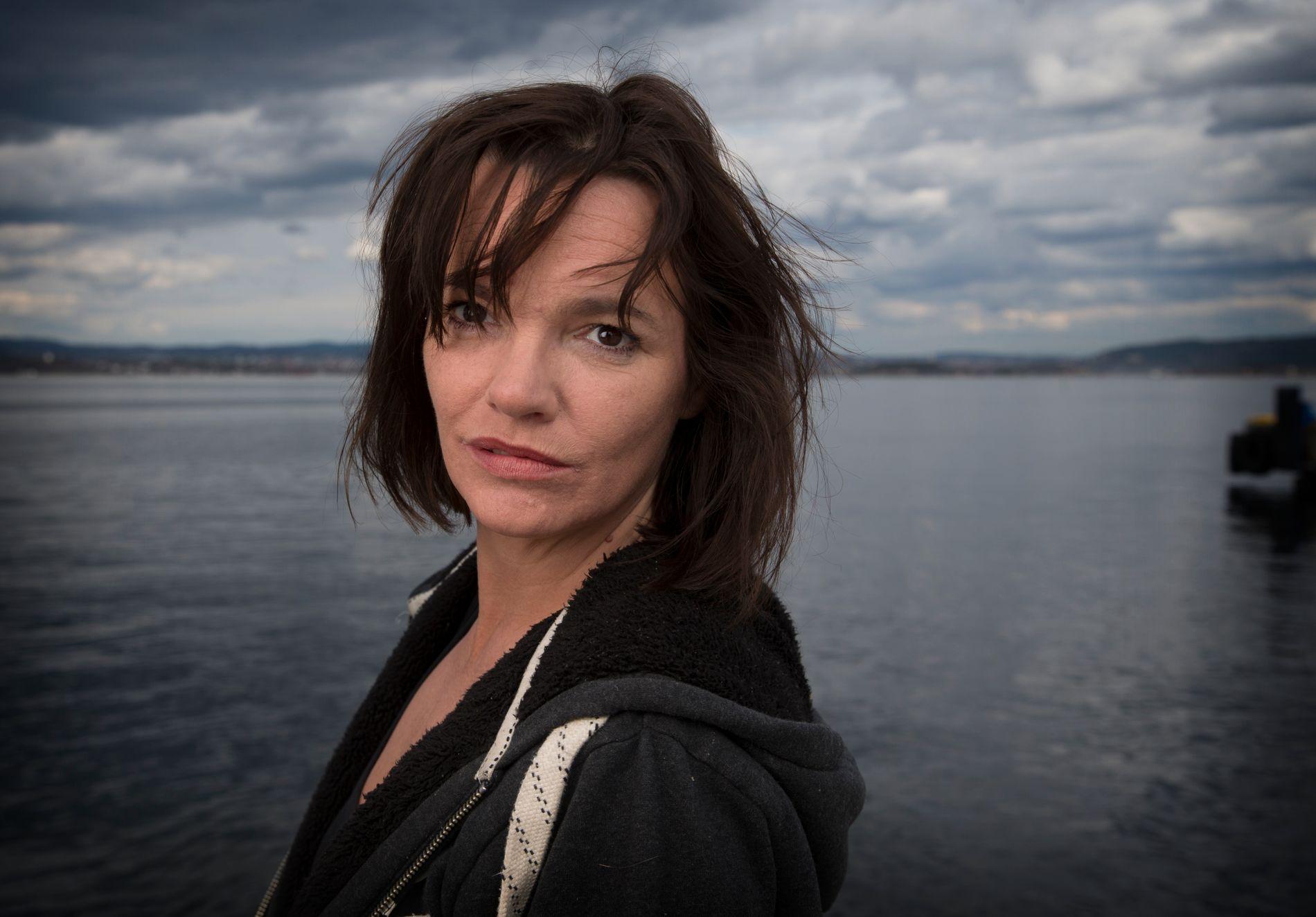 STÅR FRAM SOM ALKOHOLIKER: Skuespiller Julie Winge har skrevet et åpenhjertig innlegg om egen alkoholisme på kk.no.