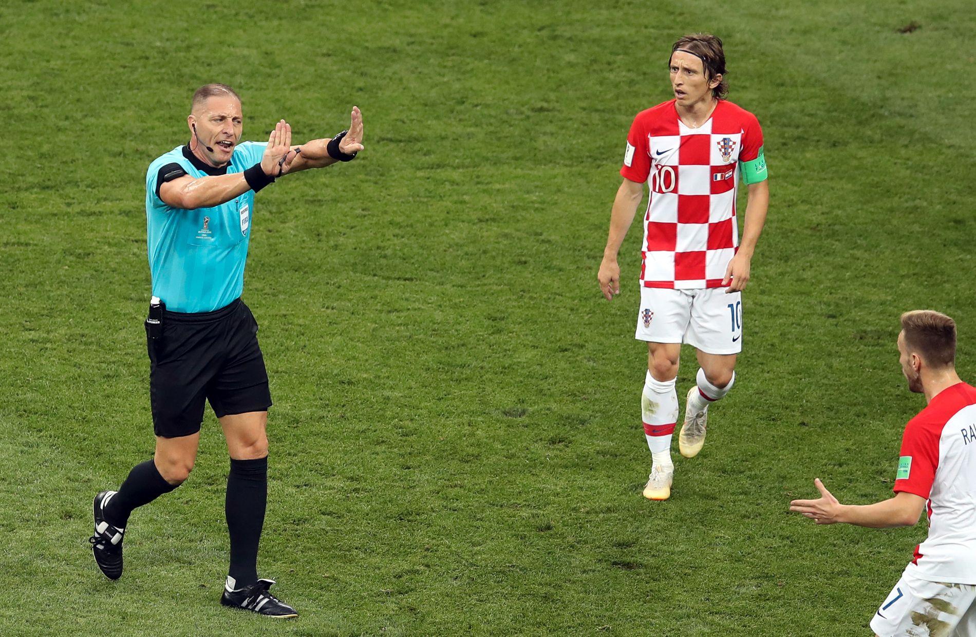 MISFORNØYD: Luka Modric og Ivan Rakitic, som her snakker med dommer Nestor Pitana under VM-finalen, er ikke fornøyd med dømmingen.