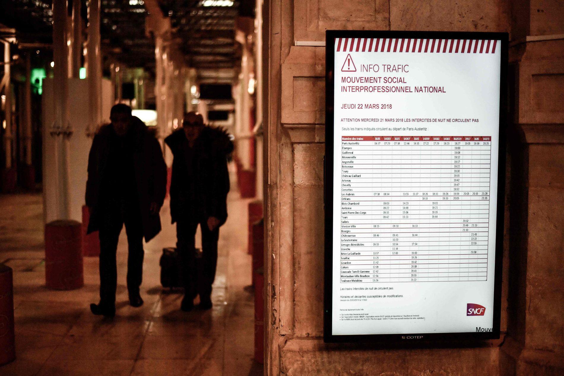 FULL STOPP: Franske tog og fly stanser opp torsdag, og skoler og enkelte offentlige kontorer stenger dørene i protest mot president Macrons økonomiske politikk.