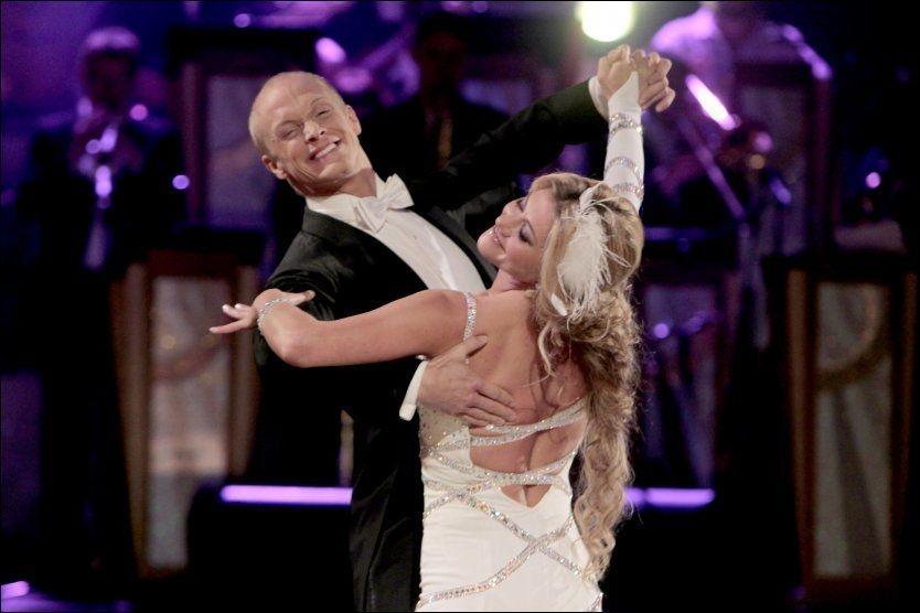 GIR SEG: Cecilie Skog og Tobias Karlsson setter punktum for dansen. Foto: Scanpix
