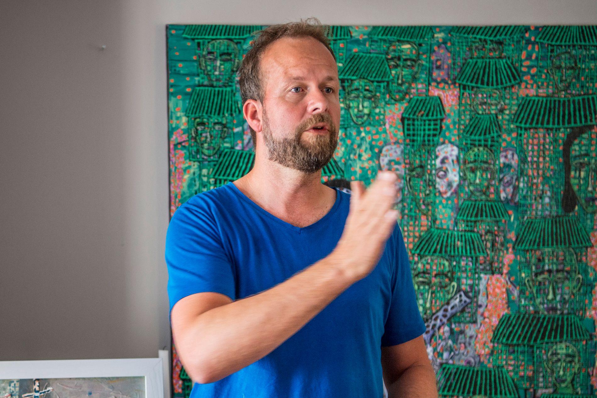 HAR FORLATT NORGE: Thomas Myhre avbildet i sitt hus på Ulvøya i sommer – like før familien bestemte seg for å flytte.