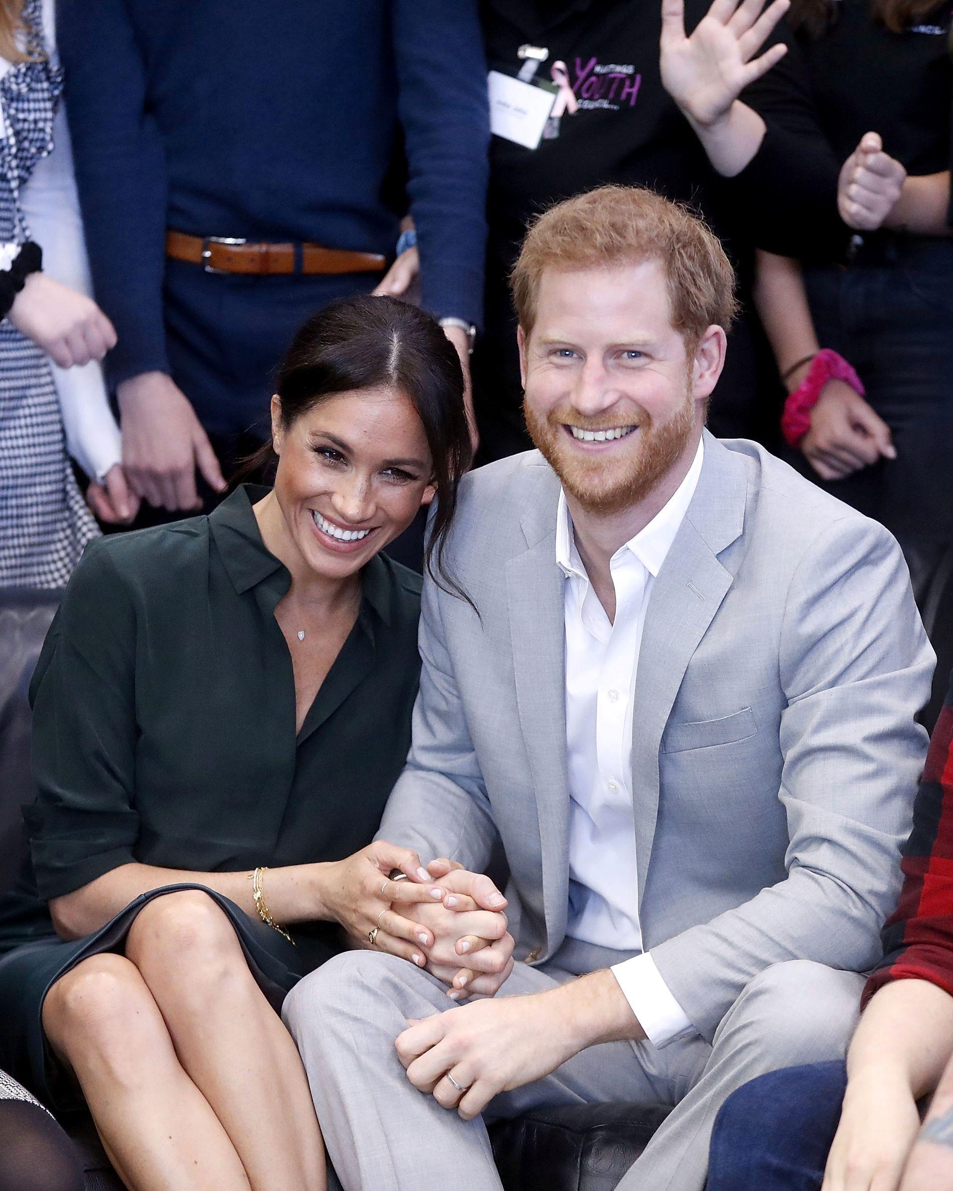 FORELDRE: Prins Harry og Meghan. Dette bildet er tatt under et besøk i Joff Youth Centre i britiske Peacehaven i oktober i fjor, bare et par uker før det britiske kongehuset kunngjorde at Markle var gravid med hertugparets første barn.