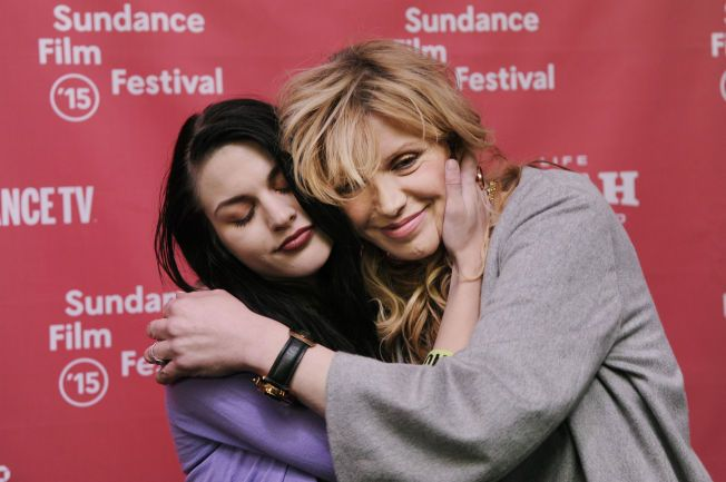 FORSONET: Forholdet mellom Courtney Love og datteren Frances (t.v) har vært svært turbulent i åresvis. Men i forbindelse med premieren på en dokumentarfilm om Kurt Cobain, fortalte de at den vonde tiden nå var over.