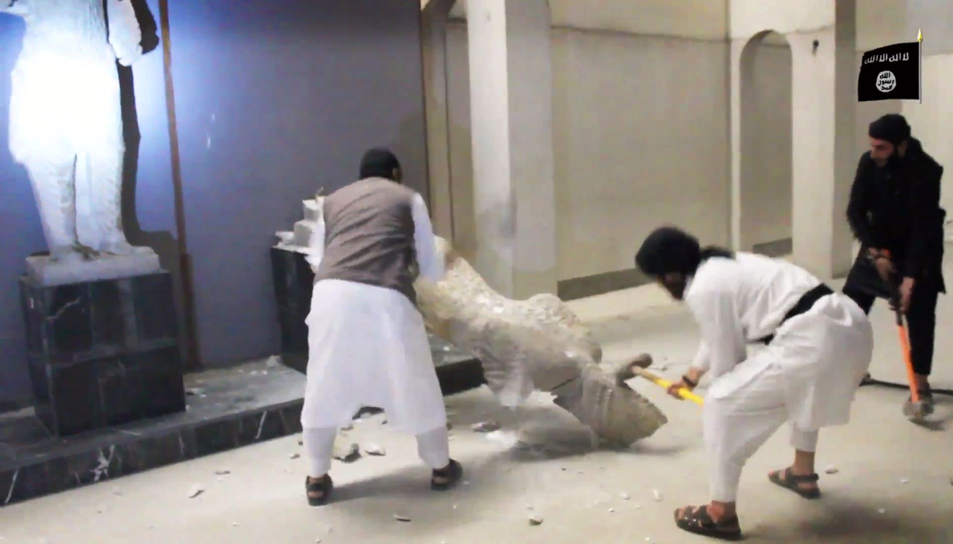 KNUSTE OLDTIDSMINNER: Her er soldater fra ekstremistgruppen IS i ferd med å knuse Mosulmuseets samlinger med slegger. Bildet er  henter fra en video som ble offentliggjort i februar 2015.