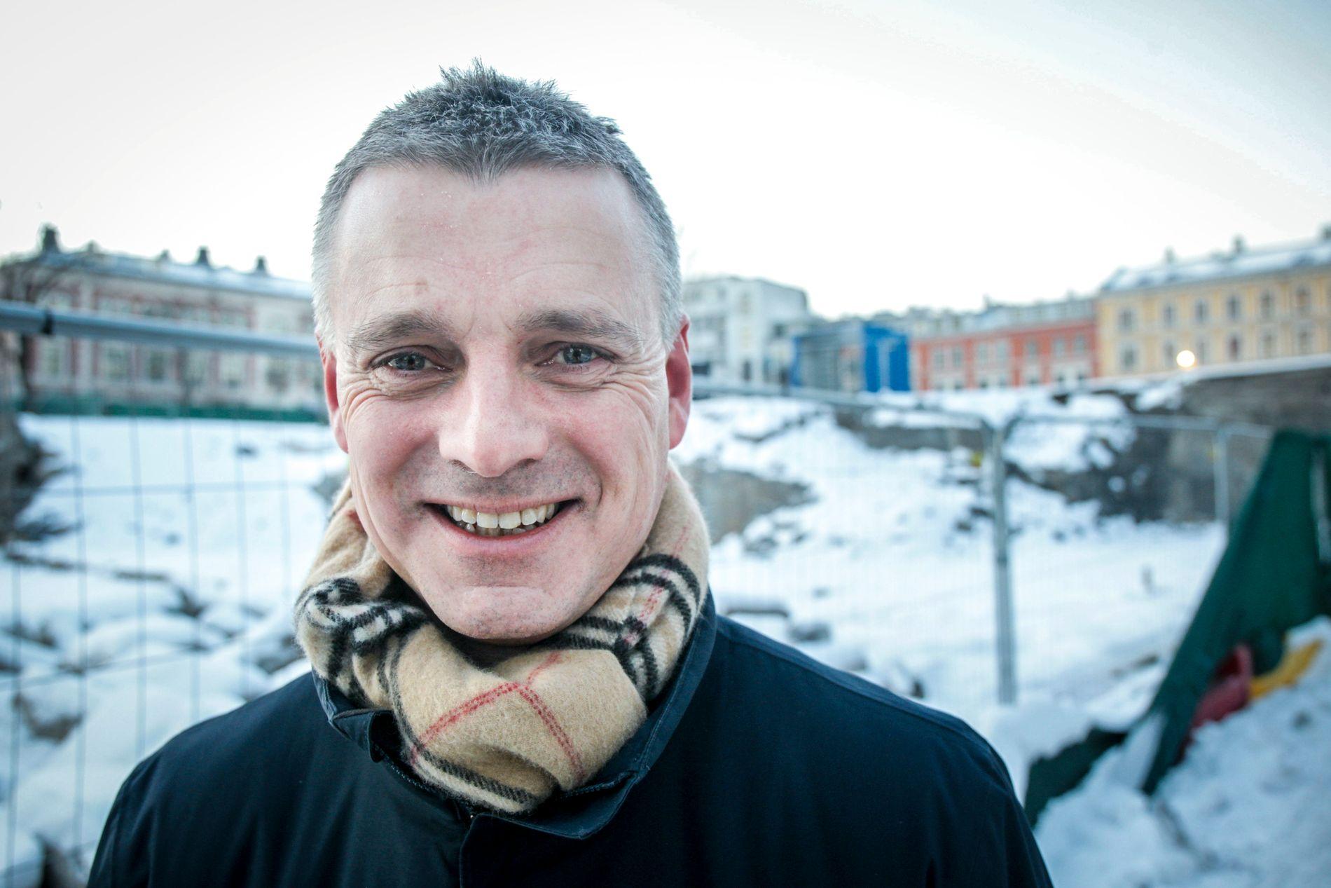 TENKER STORT: Kjetil Lund (Ap) er næringsbyråd i Oslo kommune. Han blir ny toppsjef i NVE fra 1. april, men vil jobbe intenst med å omstrukturere kommunens foretak i sine siste tre måneder som byråd. I bakgrunnen: Tomten som skal bli byggeklar for nye Ruseløkka skole.