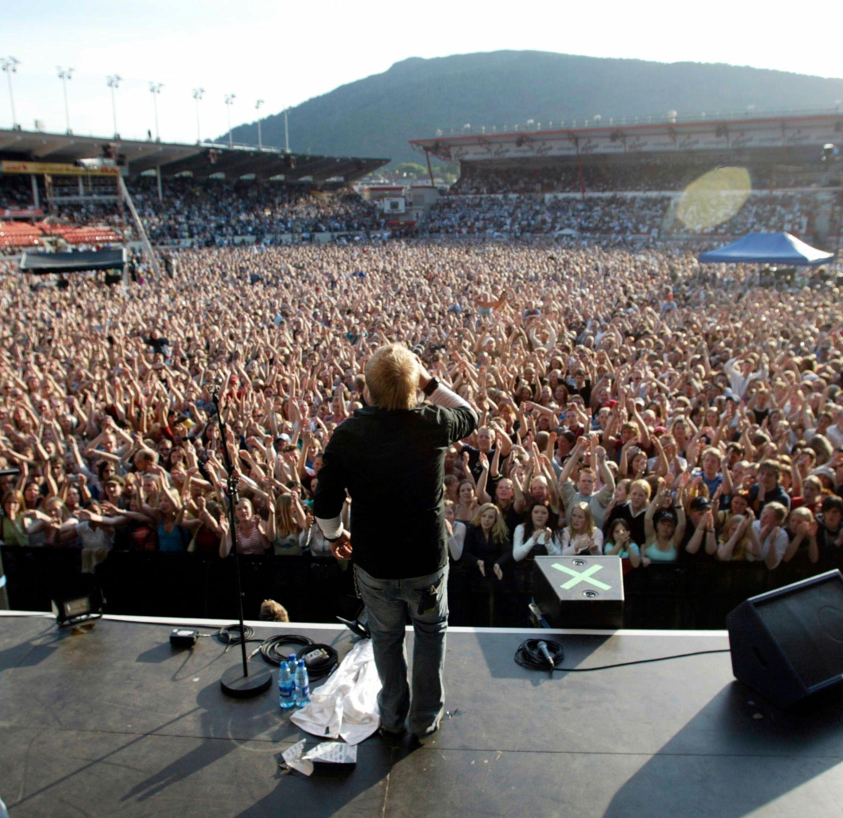 TRENGER TURNÉ: Kurt Nilsen genererer mye platesalg på konserter, mener hans manager. Her er Nilsen på Brann Stadion i 2004. Foto: BJØRN ERIK LARSEN