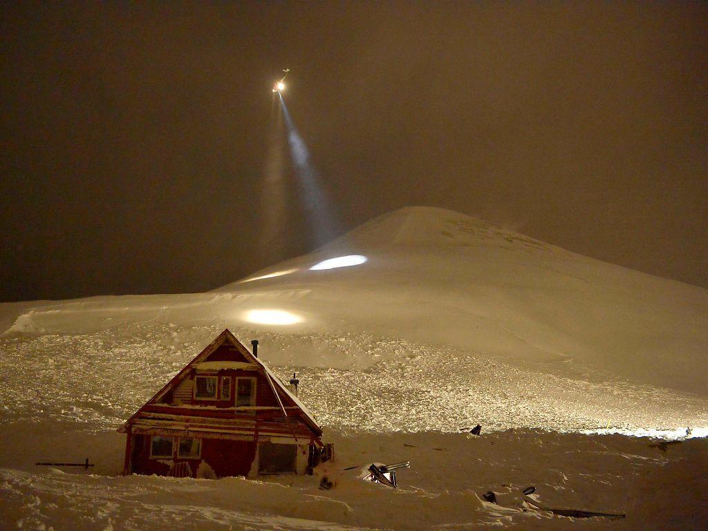 BRUTAL NATUR: To mennesker mistet livet i snøskredet som skjedde 19. desember 2015. Her undersøker et helikopter fra Sysselmannen fjellene rundt Longyearbyen for snø.