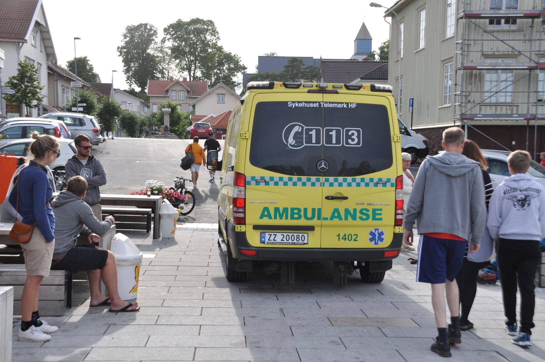 FRAKTET HJEM: Etter å ha blitt undersøkt av ambulansepersonell, ble Hasse Hope fraktet tilbake til hotellet han bodde på. Dagen etter var han tilbake på TV-opptakene.