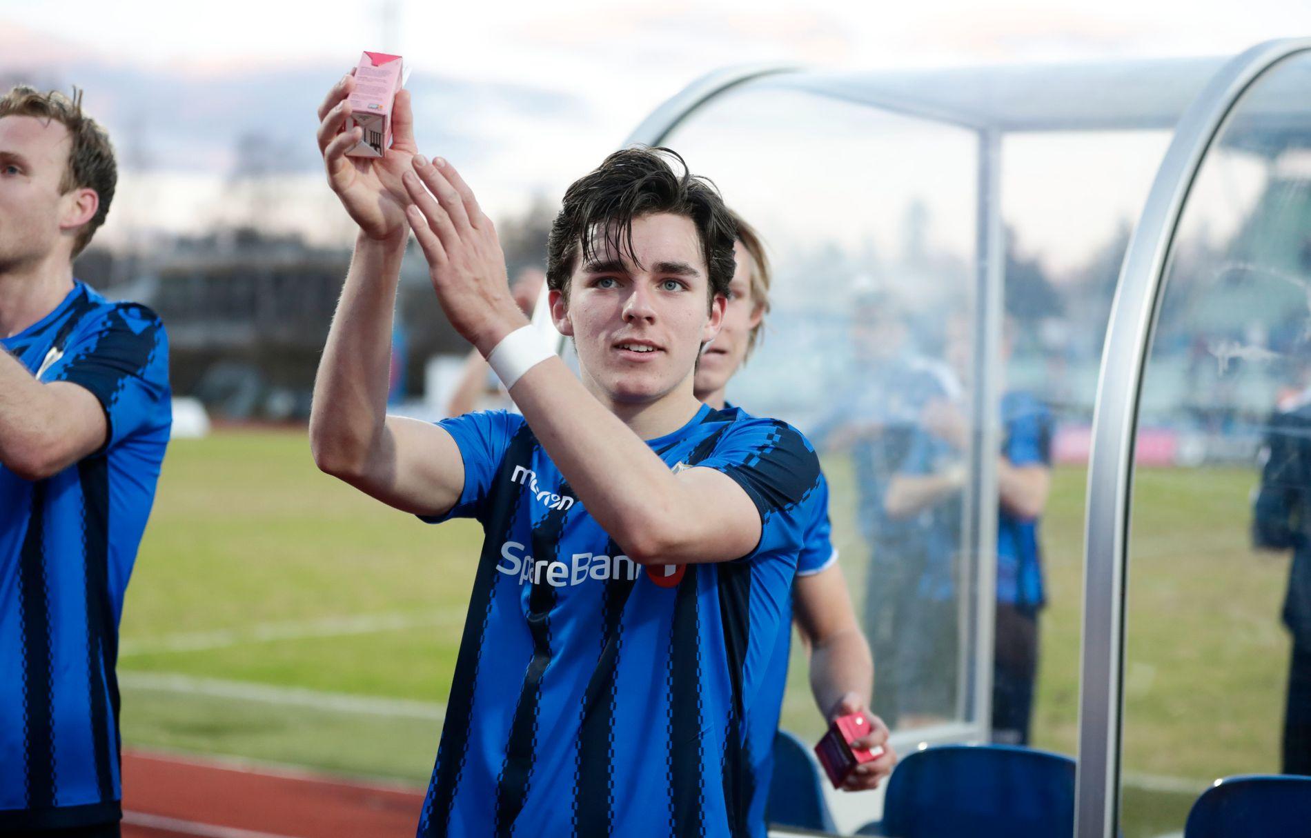 MILLENNIUMSBARN: Hugo Vetlesen (17) er født i 2000. Her takker han fansen etter Stabæk-seier over Aalesund.