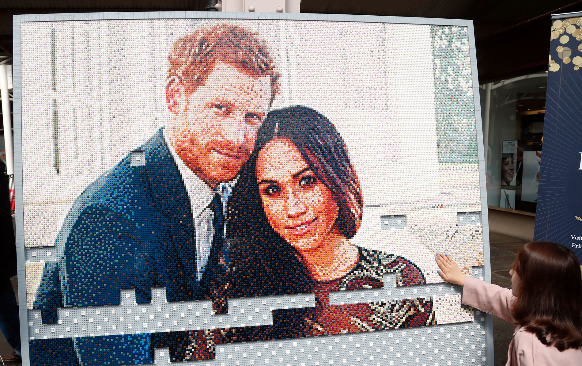 Det er laget et bilde av prins Harry og Meghan Markle i et kjøpesenter i Windsor. Lørdag skal de to gifte seg i St. George's Chapel i Windsor Castle. Foto: Frank Augstein / AP / NTB scanpix